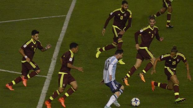 La foto que se hizo viral de Messi rodeado de venezolanos es falsa: cortaron a Dybala e Icardi