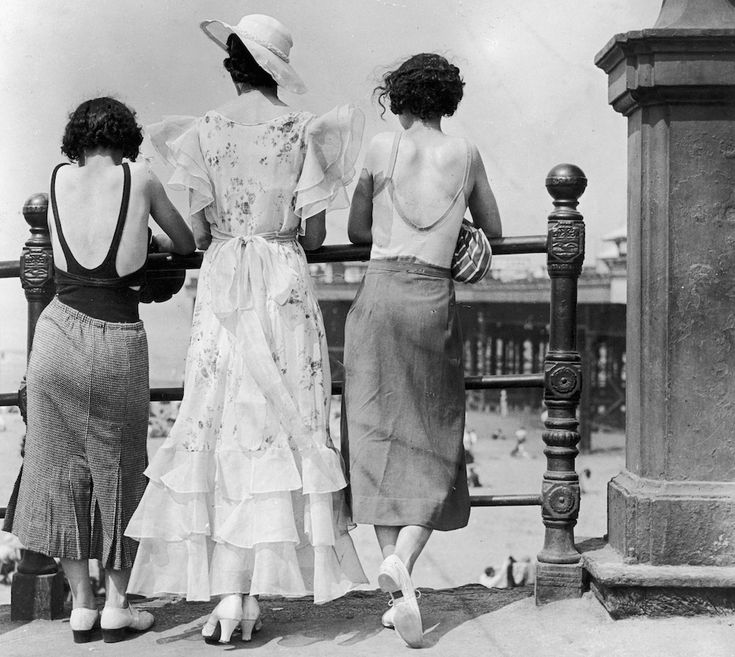 Abiti da spiaggia  Tre donne sul lungomare di Blackpool, probabilmente in un mese estivo degli anni Trenta. Le due ai lati indossano una gonna lunga sopra al costume, mentre quella al centro - spiega la didascalia originale - un abito ispirato a quello indossato dall'attrice Joan Crawford in Ritorno (Letty Lynton), film del 1932 diretto da Clarence Brown (E Dean/Getty Images)