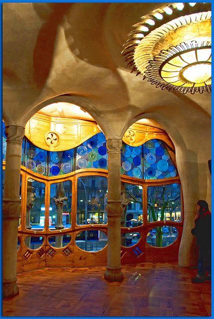 Gaudi Barcelona Casa Batlló. El estilo organicista del Modernismo debe considerarse, en gran medida, un neorococó, la recuperación del sabor dulce y sensual de la decoración Luis XV. Además de la curva del latigazo, abundarán los discos concéntricos y las volutas, que podemos encontrar en fachadas de Gaudí