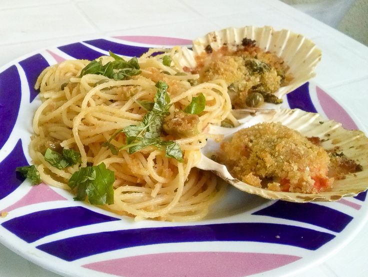 """Spaghettino del mugnaio con Capesante gratinate http://www.kitchengirl.it/bocconcini/bella-figura-con-poca-fatica-e-poca-spesa-spaghettino-del-mugnaio-con-capesante-gratinate/ Inauguriamo una nuova serie, accantoniamo i """"Pranzi da Ufficio"""" e dedichiamoci alle cene d'estate con...""""Bella figura con poca fatica e poca spesa"""" ...iniziamo con una cena per due su kitchengirl.it! #Pasta #spaghettini #kitchengirl  #ricetta #cucina #ricettaveloce #cucinadipesce #capasanta #capesante"""