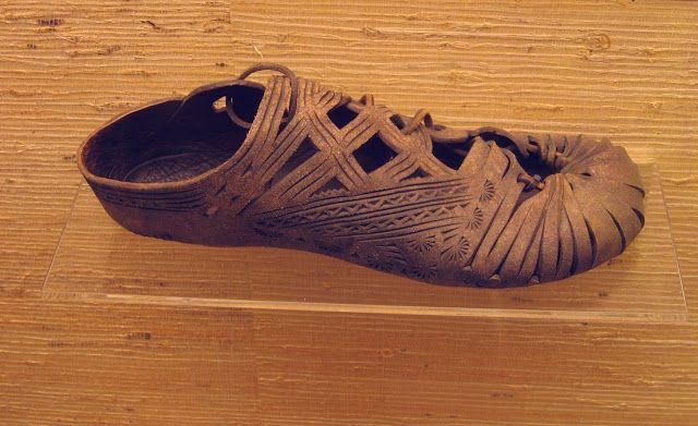 Sapato de couro de 800 a 400 a.C. no Museu Hallstatt, na Áustria. : A HISTÓRIA DOS SAPATOS