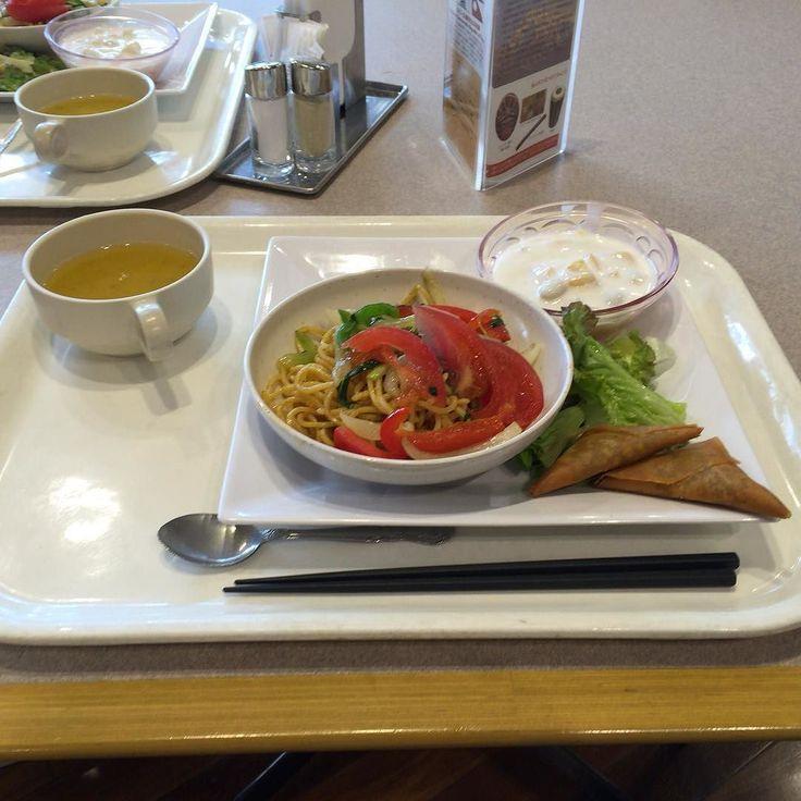 お昼はいつものJICA関西食堂でネパール料理焼きそば揚げ餃子豆のポタージュココナッツ風味のヨーグルトほんのりスパイス by cts_coffee