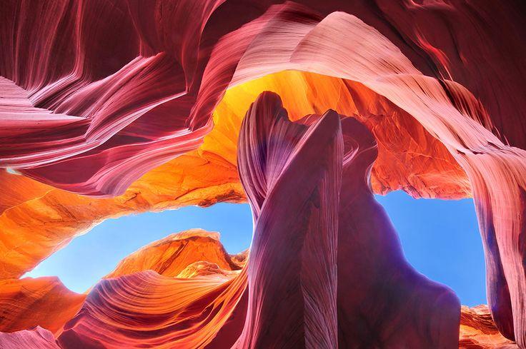 """visu-shutter-6 Situé au sud-ouest des États-Unis dans l'État de l'Arizona, l'Antelope Canyon (Canyon de l'Antilope) est l'une des gorges les plus connues et les plus photographiées du pays. Ce monument appartient aux Indiens Navajos d'où son autre nom indien """"Tsé bighánílíní dóó Hazdistazí"""" qui signifie """"le lieu où l'eau coule à travers les rochers"""". Le site est situé au nord de l'Arizona, à proximité du lac Powell."""