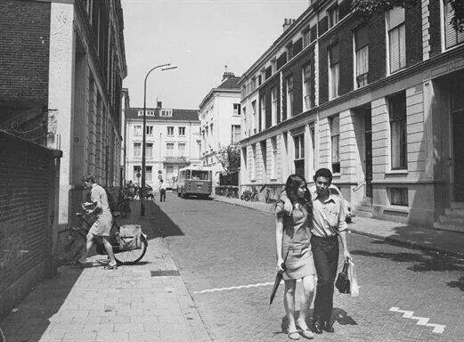 Herinner je Utrecht: Stationsdwarsstraat, 1970. Let op die jongen het tasje van zijn meisje draagt!