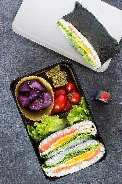 Onigirazu, vous connaissez? C'est un onigiri qui est présenté sous forme de sandwich dans une feuille d'algue nori, idéal pour garnir les bento !
