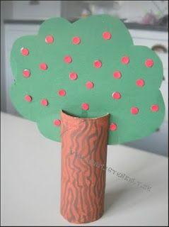 """Skapligt Enkelt: """"Grön kartong * Rött papper * Toalettrulle * Måla toalettrullen med brun färg. Måla barken med lite mörkare brun färg. Låt torka * Klipp ut trädets krona ur det gröna pappret * Använd ett hålslag för att göra äpplena. Sätt små limduttar på det gröna pappret och sätt dit äpplena * Klipp två skåror i stammen och stick i kronan när limmet torkat."""""""