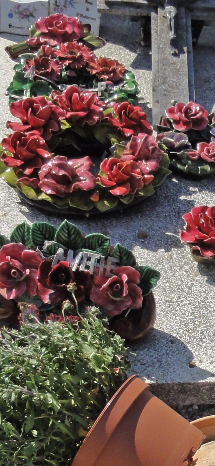 Ceramic flowers in France still standing strong, while plastic pots fall over Plastik potten vallen om, maar de bloemen van keramiek blijven liggen op de begraafplaats in de Provence