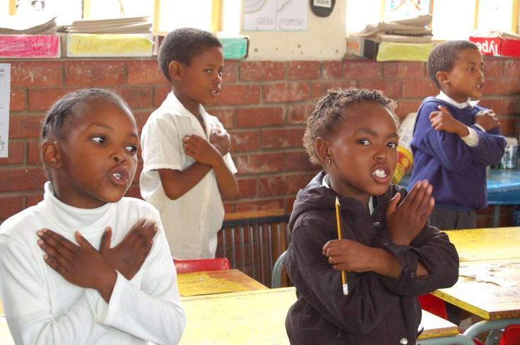 Kindjes krijgen les in school in township
