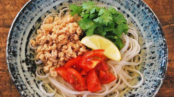 ツルンとした喉ごしが、暑い夏にはぴったりのベトナム料理のフォー(米麺)。エスニックが苦手でも食べられる、鶏ひき肉とめんつゆで簡単に作る「和風フォー」をご紹介します。そうめんでも美味しく作れます。今年の夏は、食卓でアジアに旅してみませんか?