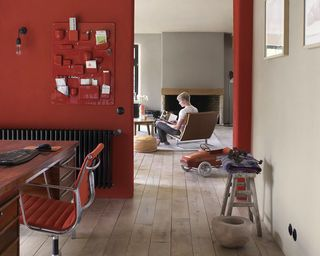 Un joli rouge brique qui s'allie parfaitement avec les autres murs en camaïeu de gris chauds #wall #red #grey