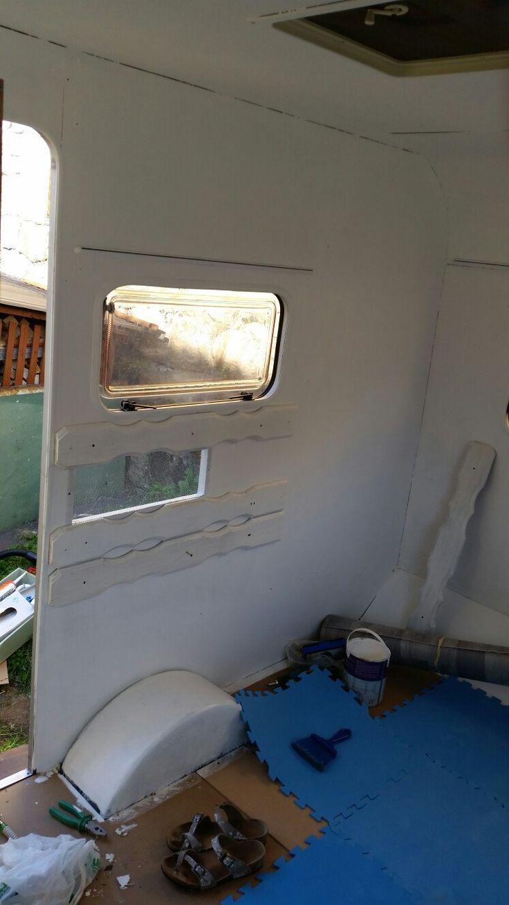 ... tavole del balcone di casa come decorazione e rinforzo della parete