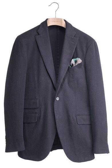 BOGLIOLI|ボリオリ 究極を超えるジャケットの秘密  ETON [イートン]  定番も新鮮な印象に 誰もがワードローブに揃えているネイビージャケット。汎用性が高く、一着あれば重宝するジャケットだが、いかに個性を発揮するかという課題も与えてくれる。セピアカラーをベースに感じるネイビーが、独特のこなれた雰囲気を醸し出してくれるはずだ。ジャケット9万8700円、チーフ5250円(ともにボリオリ)  コロネット Tel. 03-5216-6521 http://www.coronet.co.jp