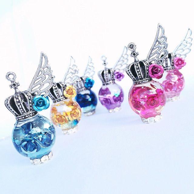 バラいっぱい翼の王冠ネックレス(アクア) | ハンドメイド、手作り作品の通販 minne(ミンネ)