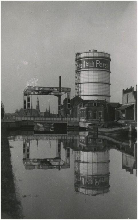Eindhovens Kanaal, met op de achtergrond de gashouder aan de Nachtegaallaan VVV (uitgever) - 1939-1940