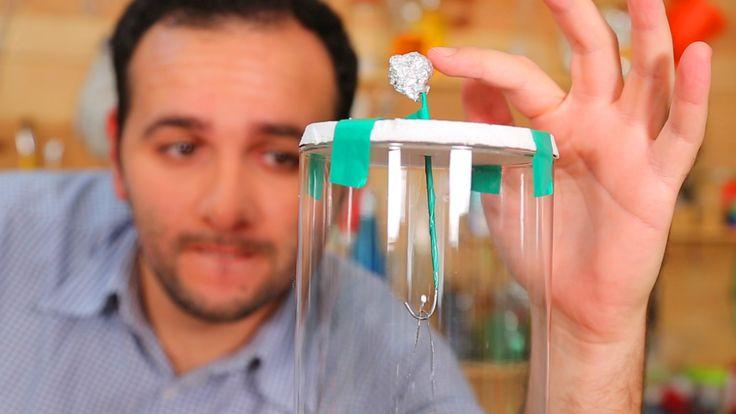 Aprenda como fazer um eletroscópio caseiro. Experiência fácil de física para a feira de ciências!