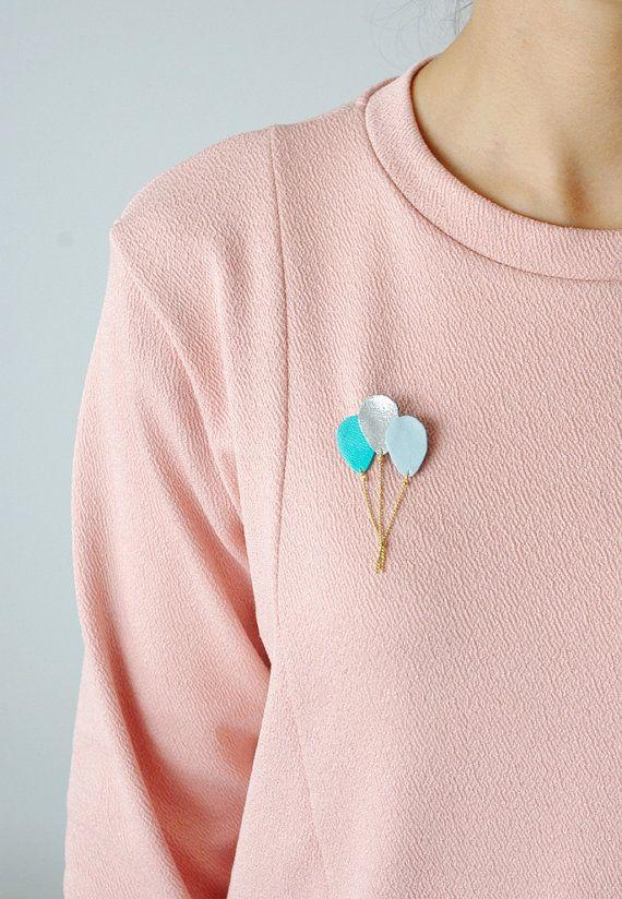 Broche bouquet de ballons en cuir bleu menthe argent { bijou femme poétique moderne romantique fantaisie enfance }