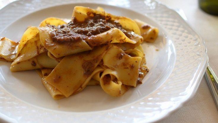 Le pappardelle al ragù di cinghiale sono un piatto tipico della Toscana, dal sapore molto particolare che può anche non piacere, ma che va comunque provato almeno una volta nella vita.