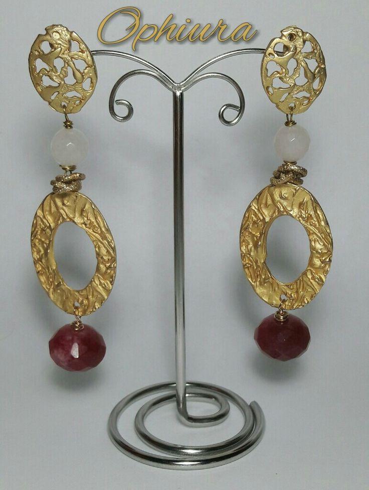 Orecchini in pietre dure con radice di rubino,quarzo rosa e zama. #ophiura #earrings #semipreciousstone #gold #rosequartz