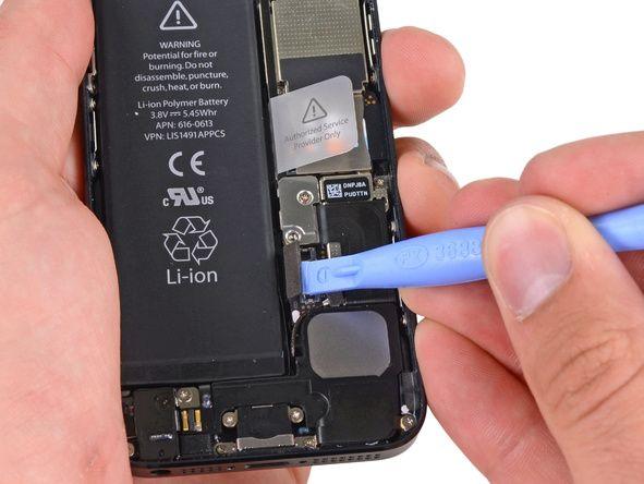 4. Vær veldig forsiktig slik at du bare lirker på batterikontakten og ikke i kontakten på hovedkortet. Dersom du lirker på hovedkortkontakten, kan du bryte kontakten helt.