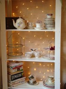 Net light as a bookcase backdrop - love it | Furniture Upcycling part 1 - Shoestring Splendour