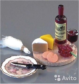 Немецкая кукольная миниатюра. Фарфор, дерево. Вино, бокал, виноград и 2 вида сыра на деревянной круглой доске, фарфоровая тарелочка с ножом, салфетка с колечком. Что еще нужно для изысканной кукольной трапезы? Упаковка - пластиковый бокс 5,5 х 4х3,5 см (горизонтальный)