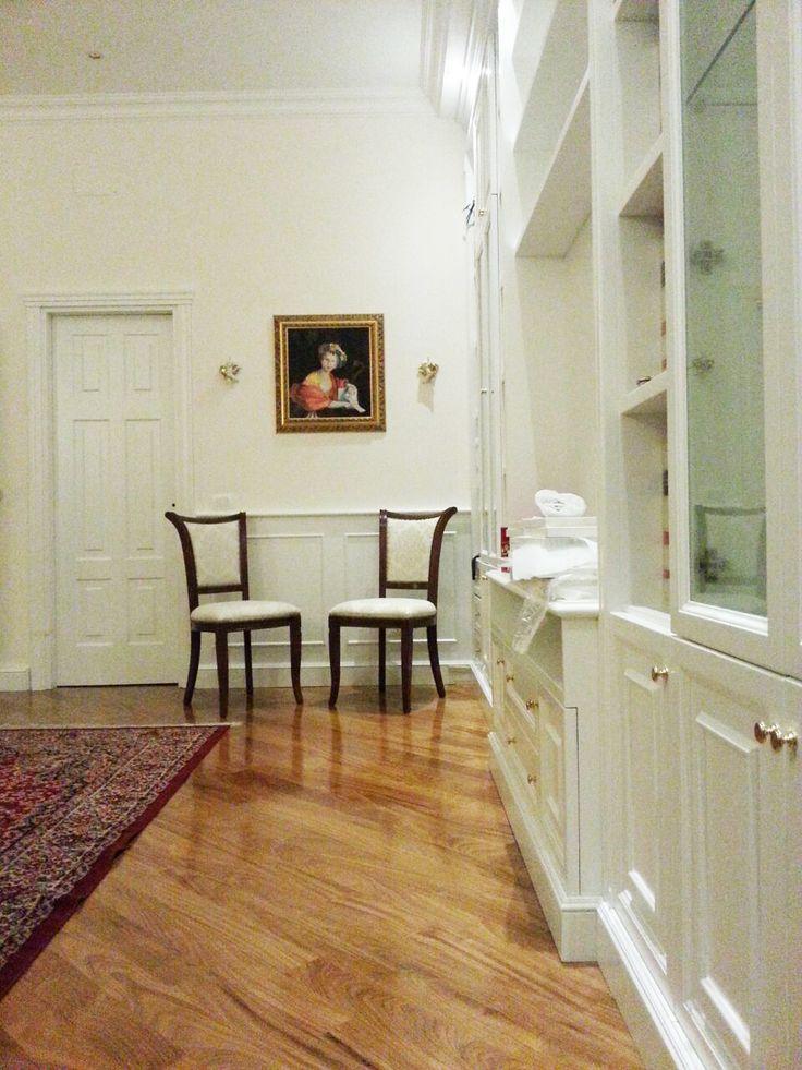 Una prospettiva di lato di libreria in stile classico, ancora nella fase della posa in opera. Realizzata a Roma.