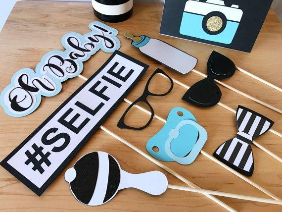 Prenez un accessoire et prendre une Pose! Ces accessoires sont parfaits pour votre Shower de bébé ou une fête de révéler sexe et disponible en rose ou bleu ou nous pouvons les personnaliser pour correspondre à votre événement!  Cette liste comprend: 1 - lèvres Prop 1 - lunettes de soleil Prop 1 - chapeau haut de forme Prop 1 - verres Prop 1-moustache Prop 1-#Selfie prop 1 - noeud papillon/Hair Bow Prop 1 - maman à être Prop 1 - oh Baby! Prop 1-c'est un accessoire de grenouillère garç...