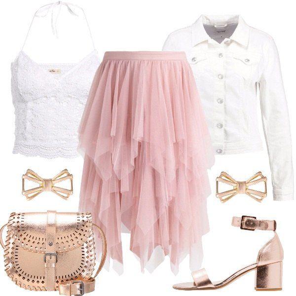 Look delicato e romantico con gonna rosa a balze midi abbinata a top corto in merletto e giacca bianca di jeans. I sandali hanno tacco medio e comodo e la tracolla, rosa, ha chiusura magnetica. Gli orecchini rose gold completano l'outfit.