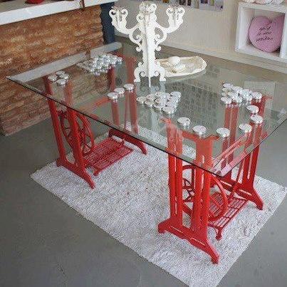 Pés de mesa feito com pés de máquina de costura antiga.  saltoagulha.com/coletivo-design-uma-loja-cheia-de-coisas-lindas/