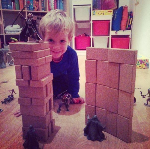 Playing with @hory_howoldryou cork Blocs!  #joc #toy #juguete #jouet #spielzeug #suro #cork #corcho #liege #kork #disseny  #design #diseño  @hory_howoldryou