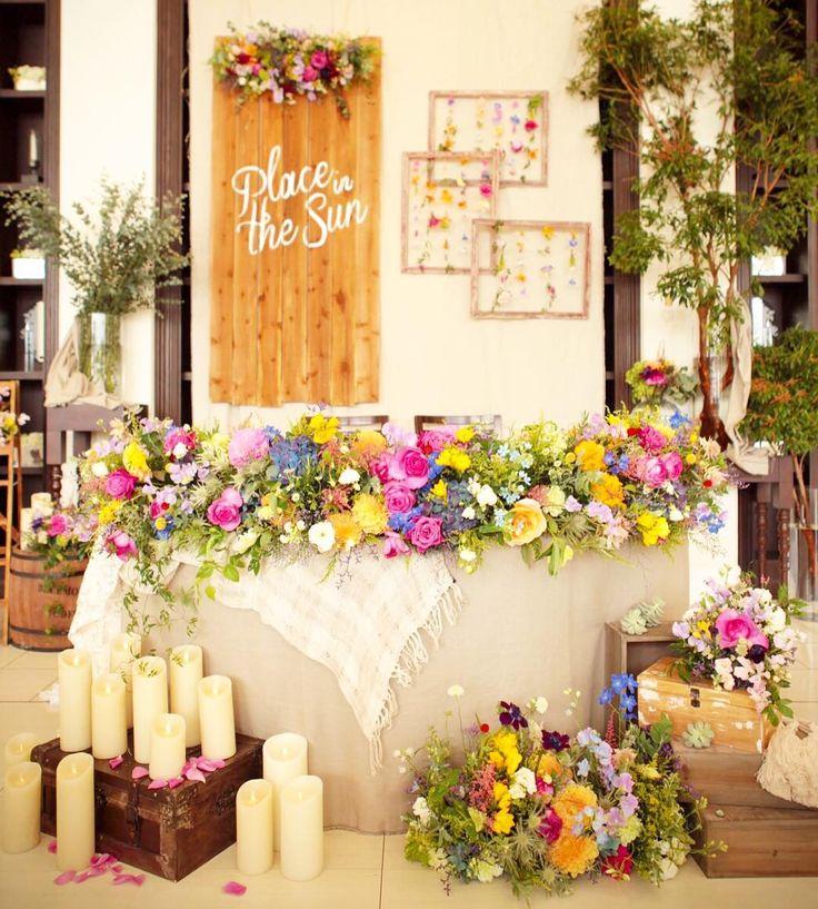 (@takeandgiveneeds_official) 「【place in the sun】 ・ メインテーブルは、春を感じる暖かい花々を。 ・ #takeandgiveneeds #テイクアンドギヴニーズ #tg #tg花嫁 #wedding colorful
