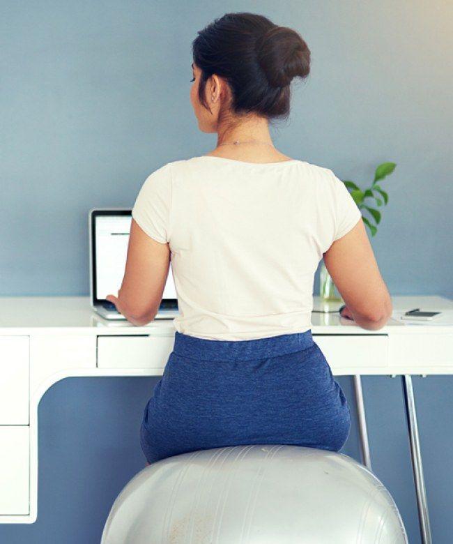 Dynamisches Sitzen kann Rücknschmerzen vorbeugen.