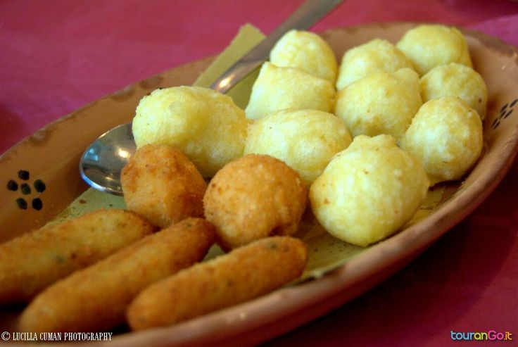 #pittule e #crocchette! Assaggiarle è d'obbligo per una perfetta local #food #experience! www.tourango.it