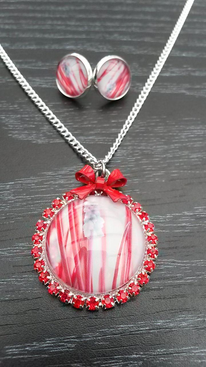 Mysterieuze rode halsketting met strass en bijpassende oorbellen.