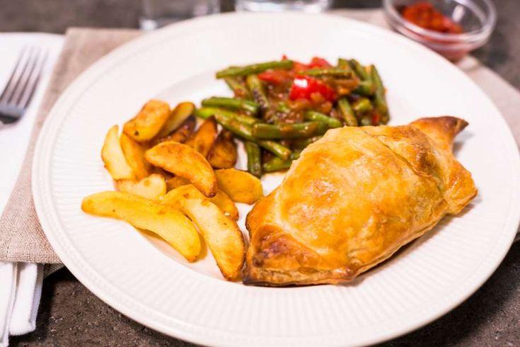 Recept voor gehakt Beef Wellington pakketjes voor 4 personen. Met zonnebloemolie, zout, peper, gehakt, sperzieboon, knoflook, rode paprika, boemboe voor sajoer , aardappelpartjes, sambal oelek, bladerdeegvel, sjalot, ei en bloem