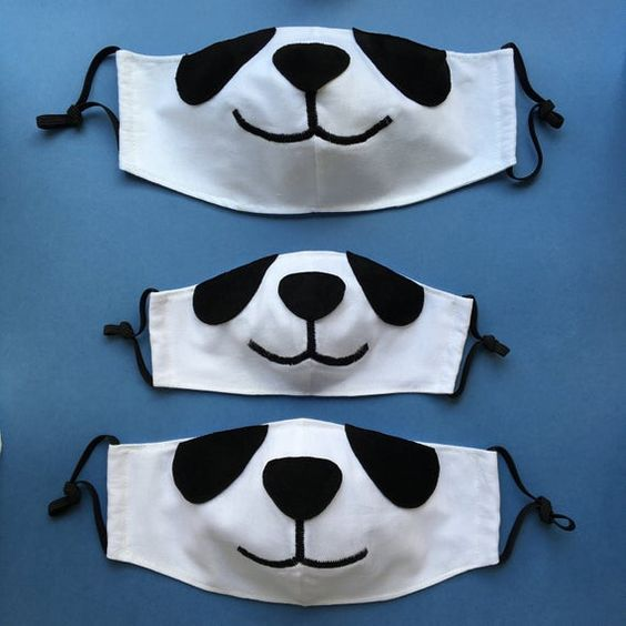 Panditas y zorritos Para hacer un tierno disfraz de panditas o zorritos, simplemente necesitas cortar tu diseño sobre fieltro, y con silicón pegar sobre tu cubrebcoas de tela color blanco. Checa estas ideas. Face Masks For Kids, Easy Face Masks, Diy Face Mask, Tiger Face Mask, Silly Pictures, Family Set, Beautiful Mask, Pocket Pattern, Diy Mask