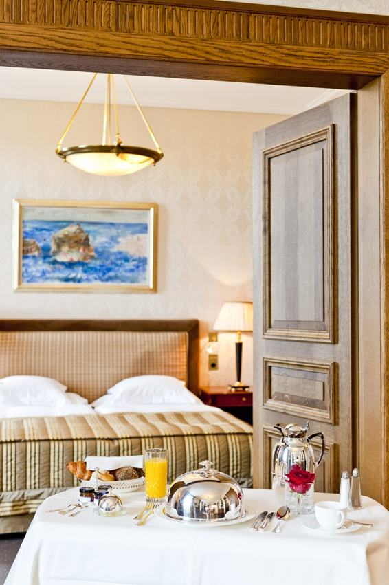 "Each of our suites has a salon and spacious bedroom and radiates an air of exclusive ""grandezza"". You have generous space. And if you would like more, simply step on to the terrace and gaze over the Rhine."