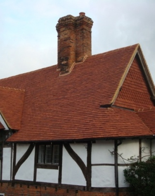 Bridge Square Farnham Product Used: Traditional Colour: Antique Description: One of the oldest properties in Farnham, Surrey, dating back to 1476, has been returned to its glorious best with handmade clay roof tiles from Keymer. Over 9,000 of Keymer's Traditional tiles were used for the main roof restoration of the stunning Grade II Listed Building, situated immediately to the south of the River Wey. When selecting the roof tiles, it was vital that they complemented the traditional gabled…