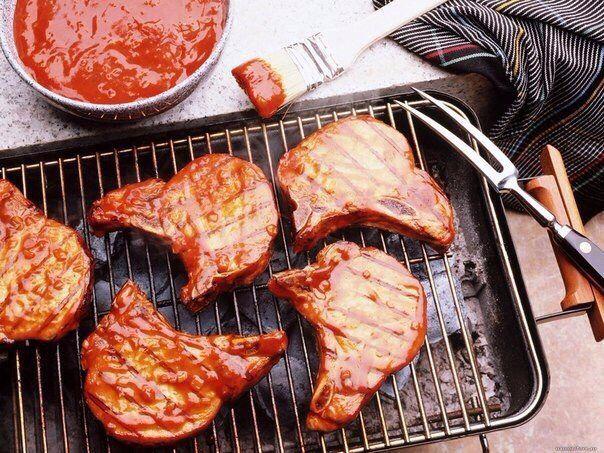 Как сделать жареное мясо нежным и сочным? Есть несколько способов  1. Мягкость жареному мясу даст горчица. Ею нужно обмазать кусочки, приготовленные для жарки. А можно смазать их растительным маслом и переложить кусочками лимона. Мини-маринад. Оставить на час.   2. Если же мясо старое и жесткое, сдобрить и размягчить его поможет усиленный маринад. Лимон плюс сырое яйцо. В этой смеси можно подержать мясо и сутки. А можно начать готовить уже через час.   3. Мясо на отбивные котлеты должно быть…