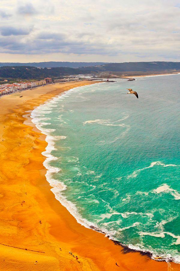 A Nazaré já está preparada para receber as ondas grandes. Rume até à Praia Norte  para ver este espetáculo ao vivo! #viaverde #viagensevantagens #Portugal #praia #surf #ondas