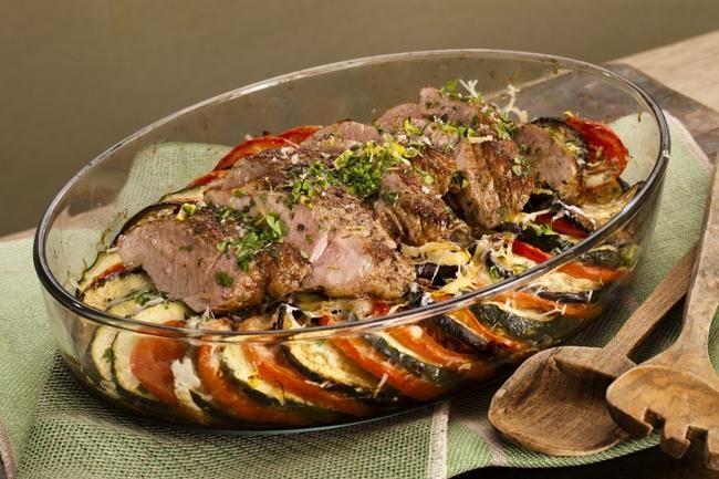 En saftig indrefilet av svin og grønnsaker gratinert med mozzarella