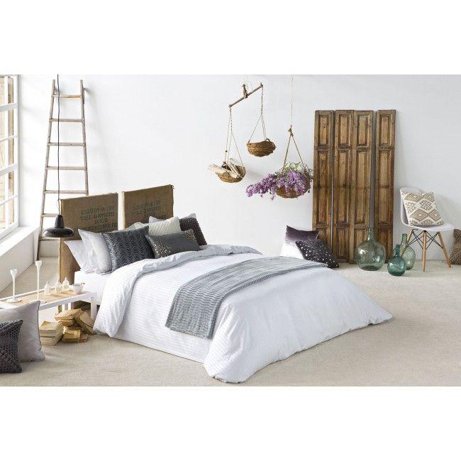 """Funda Nórdica de la colección """"Less"""" en color blanco. Esta funda nórdica blanca presenta un ligero diseño con líneas y está confeccionada en tejido Jacquard, además está disponible para todas las medidas de cama."""