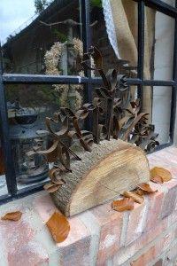 Baumscheibe mit Metallblumen