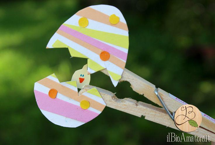 uovo di pasqua di carta...con sorpresa, realizzato con cartoncini colorati e una molletta per il bucato!  http://ilbioamatore.it/blog/decorazioni-pasquali-con-le-mollette/