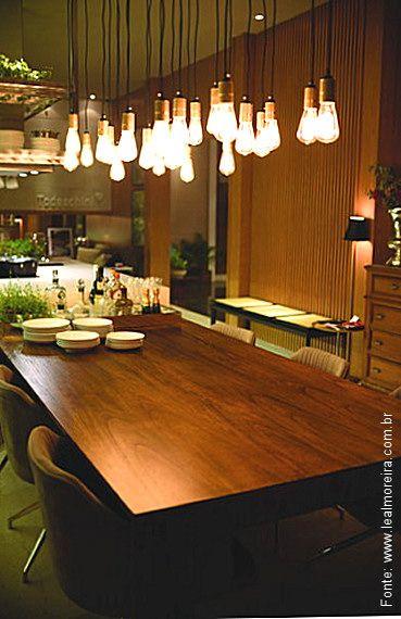 """No espaço """"Cozinha Club & Gourmet"""", da arquiteta Conceição Barbosa, na Casa Cor Pará 2014, o uso do momento: diversas lâmpadas com seus cabos expostos no teto: moda, tendência ou realidade futura?"""