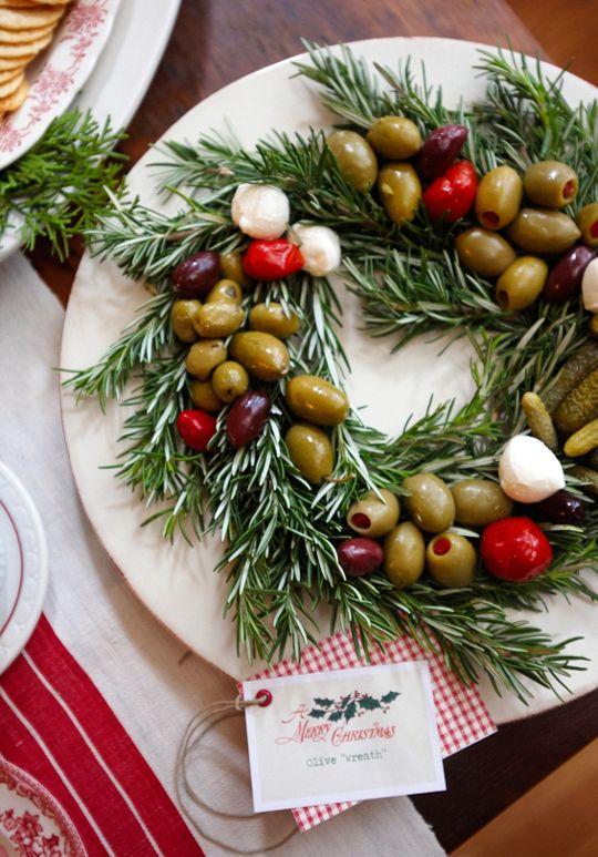 Oliven auf einem Rosmarinkranz serviert als Amuse-Gueule für ein weihnachtliches Festmahl