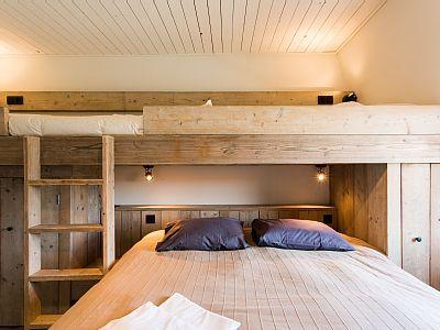 Knokke-Heist huis - Zicht op het dubbel kingsize bed en één van de twee stapelbedden in slaapkamer 4