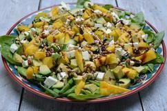 Mango-avocado salade Heerlijk frisse salade, zomers en zonnig! Erg lekkere combinatie van mango, avocado, fetakaas en balsamico-azijn. Deze salade heeft alles: een zoetje, zoutje en zuurtje. En heel fijn, deze salade heeft echt geen sausje nodig.