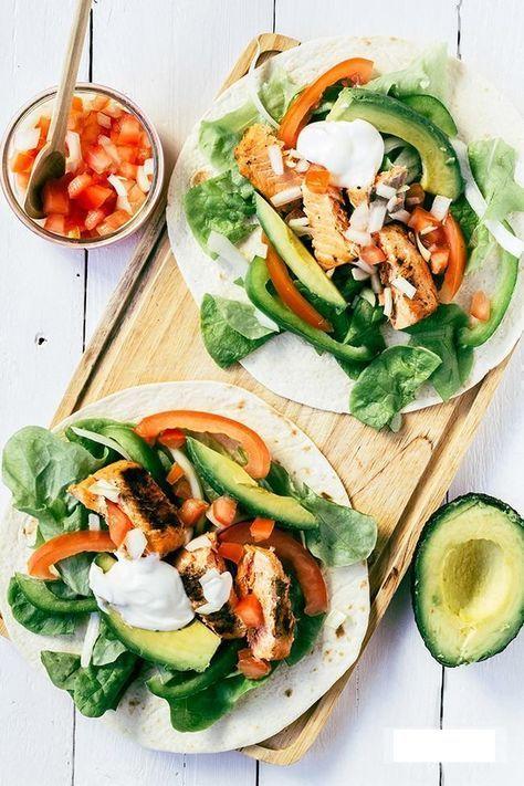 Tortilla wrap met zalm en avocado. Tortilla wraps zijn er tegenwoordig ook in een volkoren variant. Wraps kun je met de juiste ingrediënten best een keer eten tijdens een dieet. In dit recept gebruik ik per persoon maar 1 wrap, maar de onverzadigde (goede!) vetten van de zalm en avocado zorgen voor een goed verzadigingsgevoel. En met de groente erbij is dit een voedzaam recept met maar 516 kcal.
