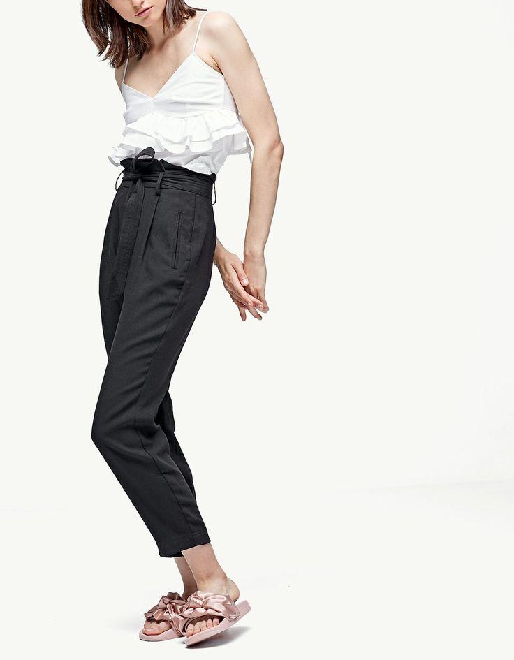 Spodnie paperbag z lejącego materiału - Spodnie | Stradivarius Polska